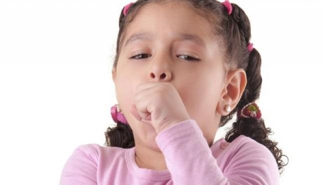 Лающий кашель у ребенка может быть инфекционного, аллергического характера или из-за пересушенного воздуха в помещении