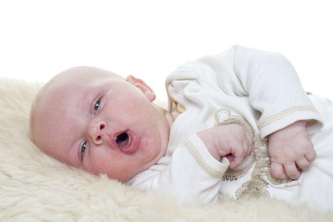 Приступы лающего кашля у детей до года возникают чаще всего в ночные часы. Ни в коем случае не оставляйте заболевшего ребенка без присмотра!
