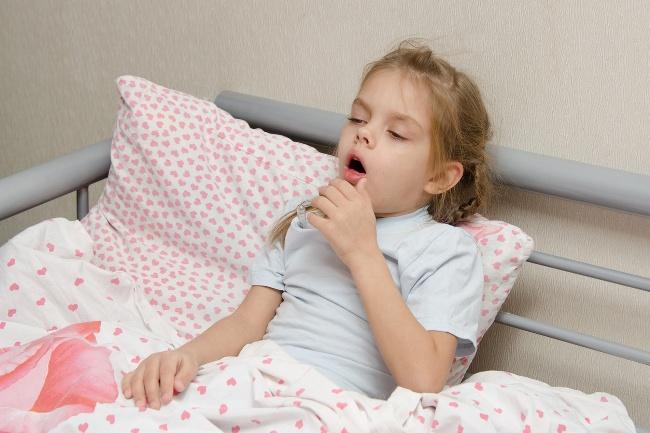 При гриппе лающий кашель у ребенка возникает из-за воспаления гортани. Также наблюдается повышение температуры и головные боли.