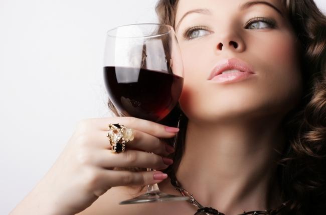 Сгустки крови при месячных могут возникать у женщин, которые злоупотребляют спиртным