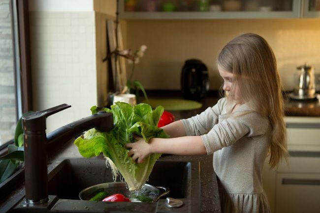 Для профилактики остриц нужно тщательно мыть овощи, фрукты и зелень перед употреблением в пищу