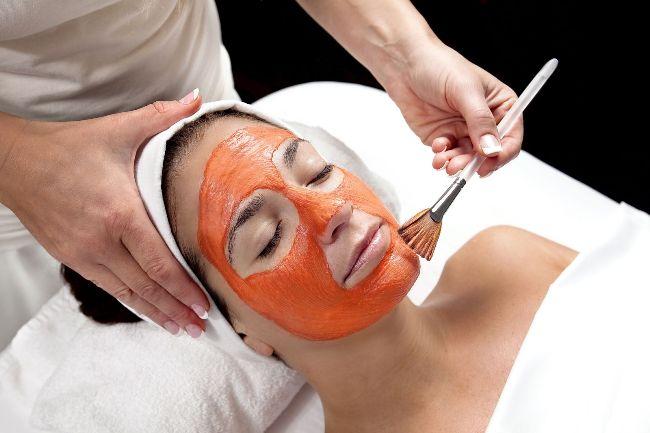 Томатный сок успешно применяется в косметических целях, он улучшает состояние кожи, помогает бороться с акне, снимает раздражение и покраснение кожи