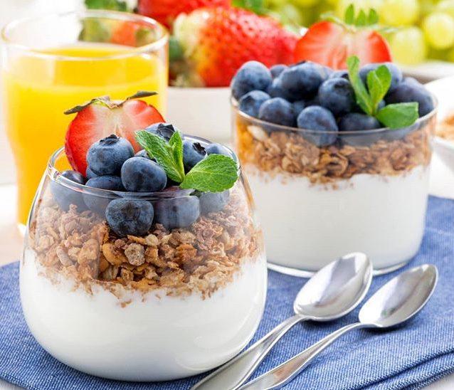 Для восстановления микрофлоры кишечника в рацион питания необходимо включить кисломолочные продукты, а также овощи и фрукты, богатые клетчаткой