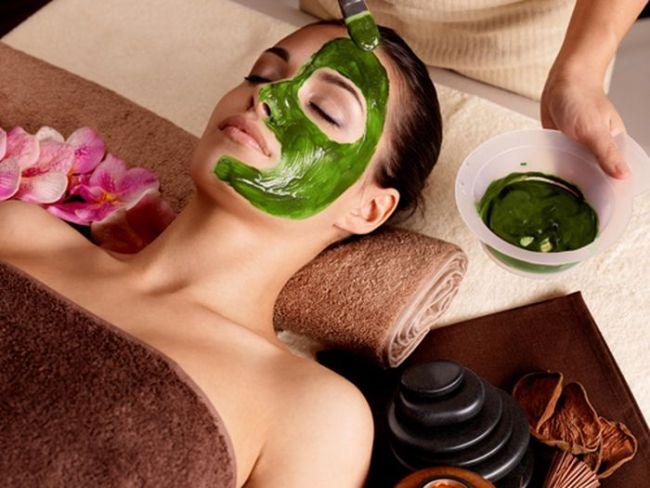 Спирулина применяется для ухода за кожей, она разглаживает морщины, очищает и омолаживает кожный покров лица