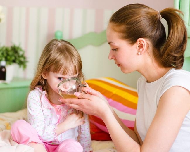 Если у ребенка повышена температура - его нужно обильно поить