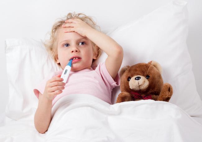 Повышение температуры у ребенка происходит по причине инфекционных или воспалительных процессов в организме