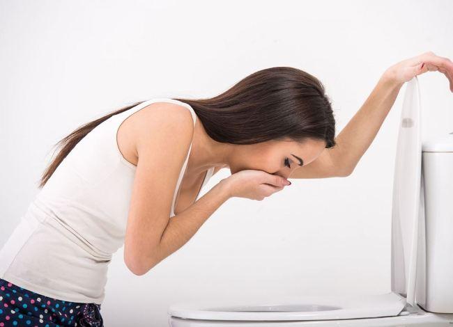 Причиной тошноты у женщин могут быть самые различные заболевания. Для диагностики нужно обратиться в медицинское учреждение