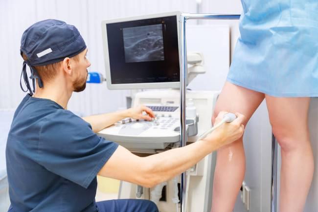 Для диагностики тромбоза на ногах проводится допплерография сосудов нижних конечностей