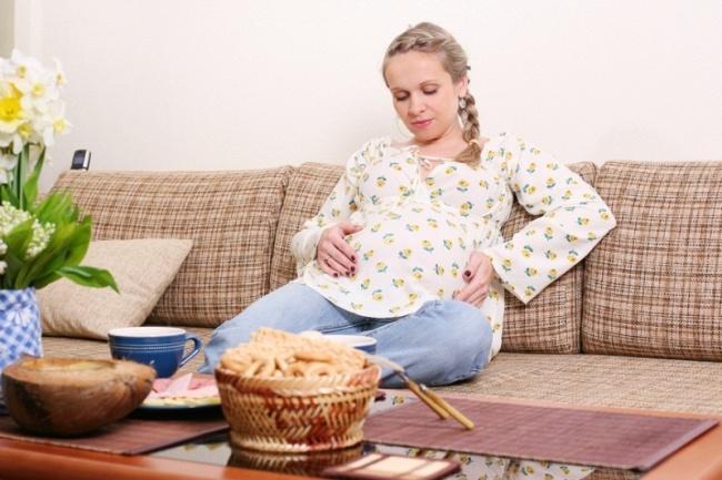 При беременности происходят изменения в пищеварительной системе: снижается секреция желудочного сока и ферментов, это приводит к возникновению тяжести в желудке после еды