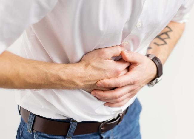 Если язву желудка не лечить, человека будут постоянно беспокоить боли в животе