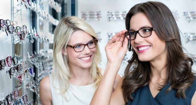 Чтобы правильно подобрать защитные очки для работы за компьютером, необходимо обратиться за помощью к офтальмологу