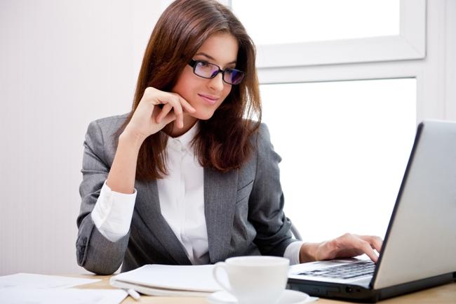 При работе за компьютером офтальмологи рекомендуют одевать защитные очки, чтобы защитить себя от неприятных последствий