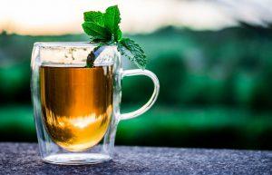Старайтесь не пить зеленый чай натощак. В этом случае вред зеленого чая в том, что он раздражает слизистую оболочку желудка, который начинает как-бы «переваривать» сам себя