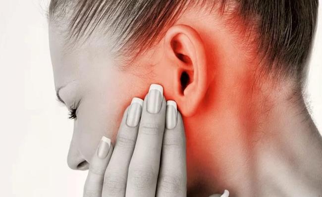 Причиной зуда в ушах может быть отит