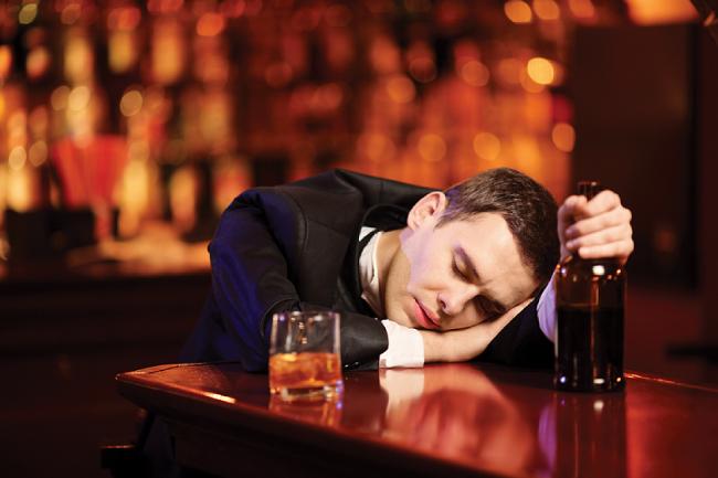 Мужчины нередко впадают в депрессию после разрыва отношений, при этом они часто топят печаль в алкоголе