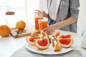 Грейпфрут оказывает на женский организм мягкое мочегонное воздействие, выводя ненужную жидкость и снимая отеки