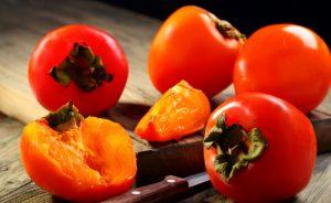 Хурма - не только вкусное, но и полезное лакомство, ее полезно употреблять для профилактики простудных заболеваний и авитаминоза