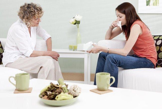 Близкие люди должны всячески помогать ипохондрику справиться с его состоянием