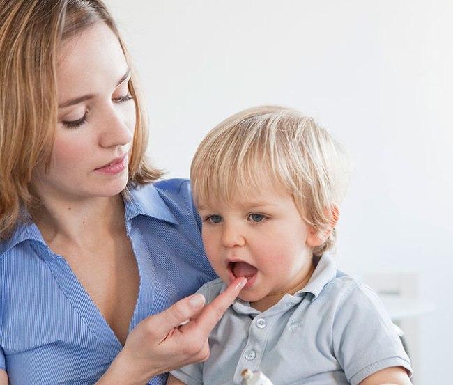Камистад Бэби наносится на десны ребенка в период прорезывания зубов для снятия болевых ощущений