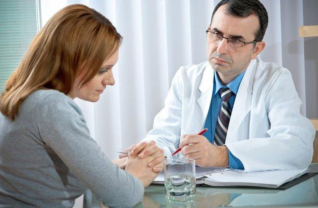 Психотерапевт помогает преодолеть жизненные кризисы