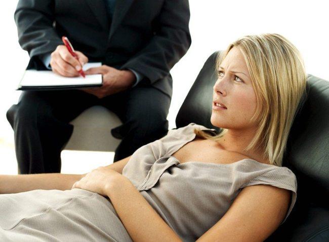 Психотерапевту важно выявить первопричину заболевания, после этого он подбирает тактику лечения