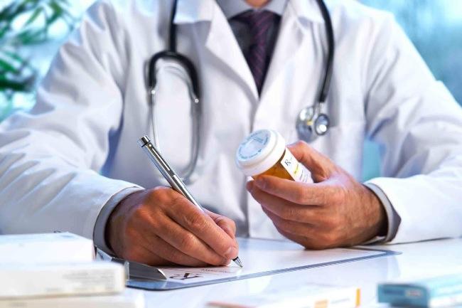 Психиатр корректирует психическое состояние человека с помощью медикаментов