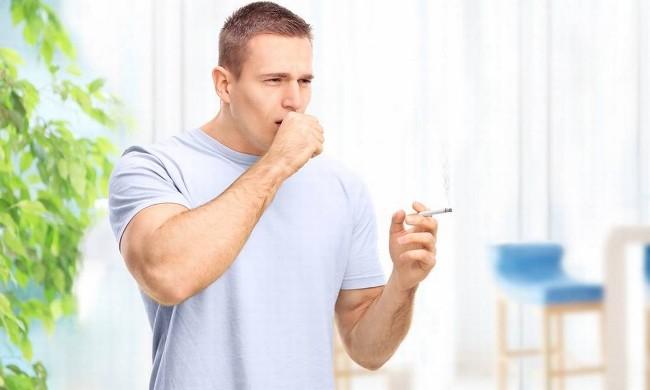 Если кашель беспокоит постоянно, нужно срочно обратиться к пульмонологу, так как такое состояние чревато серьезными осложнениями