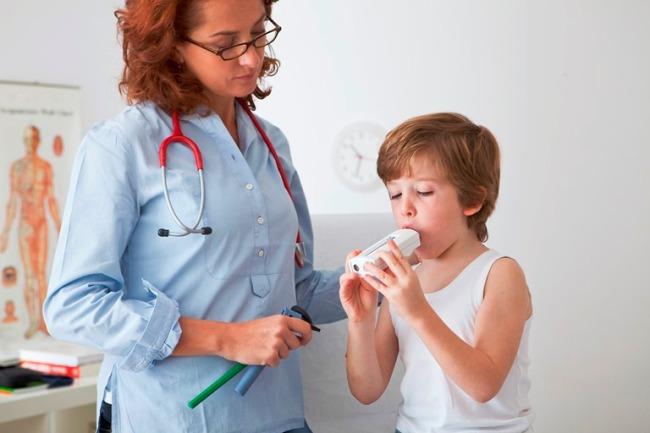 Пульмонолог на приеме проводит первичный осмотр и назначает лабораторные и инструментальные методы диагностики заболеваний дыхательной системы