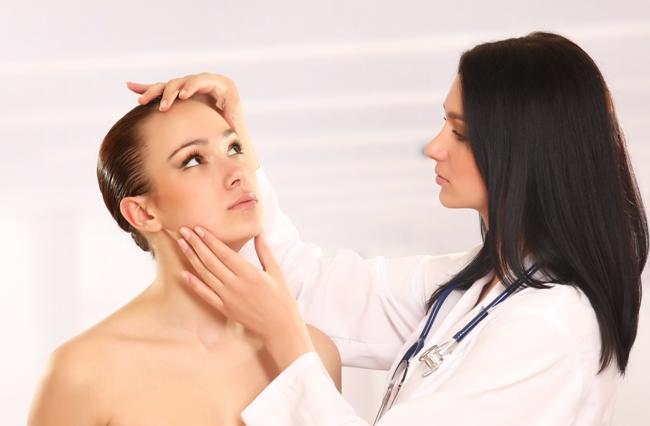 Если шелушение сопровождается зудом и долго не проходит, нужно обратиться к дерматологу