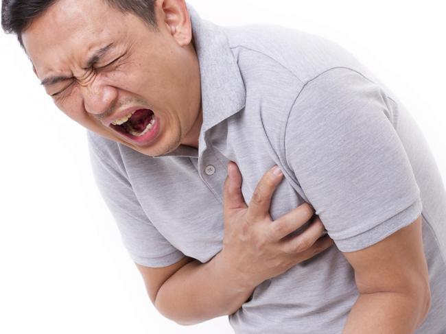Приступ стенокардии сопровождается сильными болями в области сердца