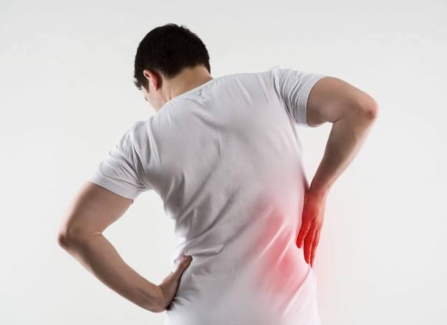 При появлении боли в спине нужно обязательно обратиться к вертебрологу