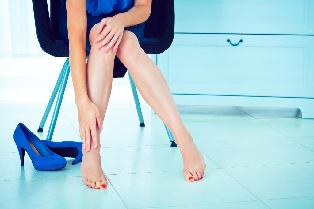 Если беспокоит тяжесть в ногах, следует обратиться к флебологу