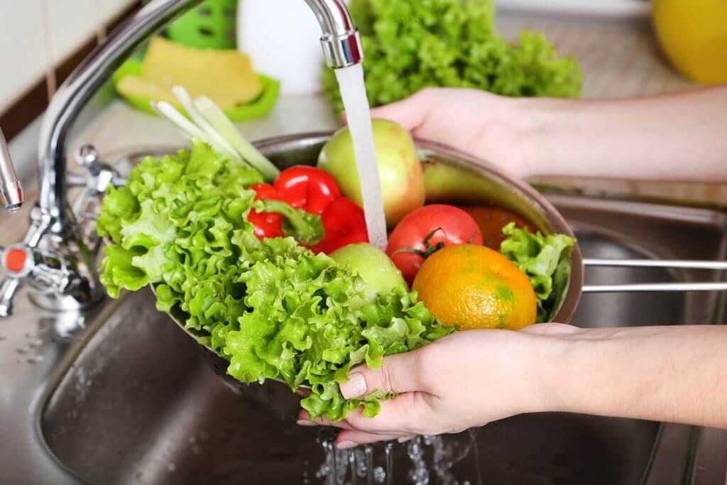 Для профилактики заболеваний пищеварительного тракта необходимо тщательно мыть овощи и фрукты перед употреблением в пищу