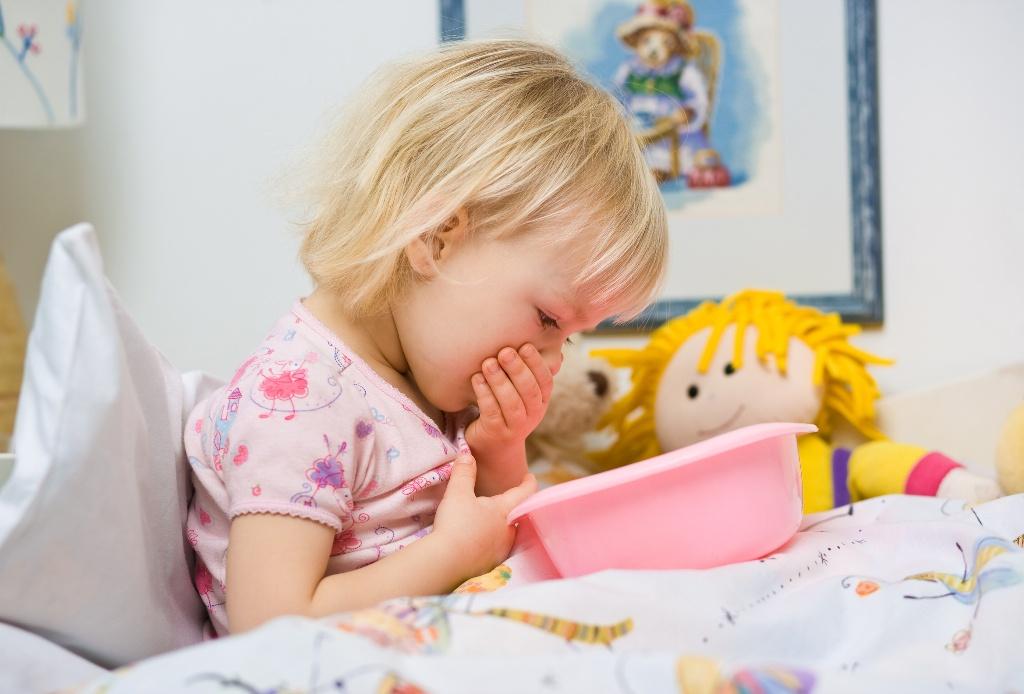 Если у ребенка возникла рвота и боли в животе, следует обратиться к инфекционисту