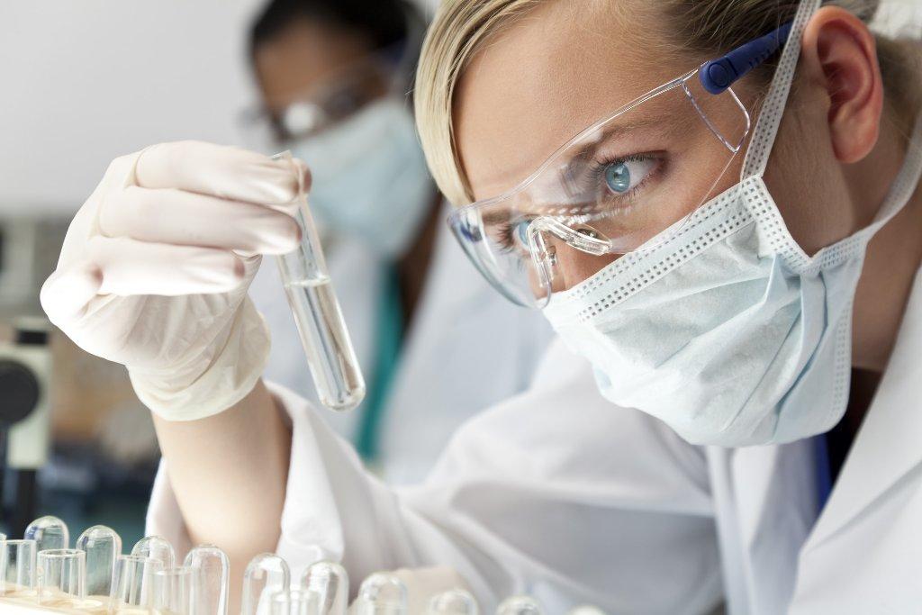 Инфекционист занимается диагностикой и лечением вирусных, бактериальных и грибковых заболеваний, передающихся от больного человека к здоровому
