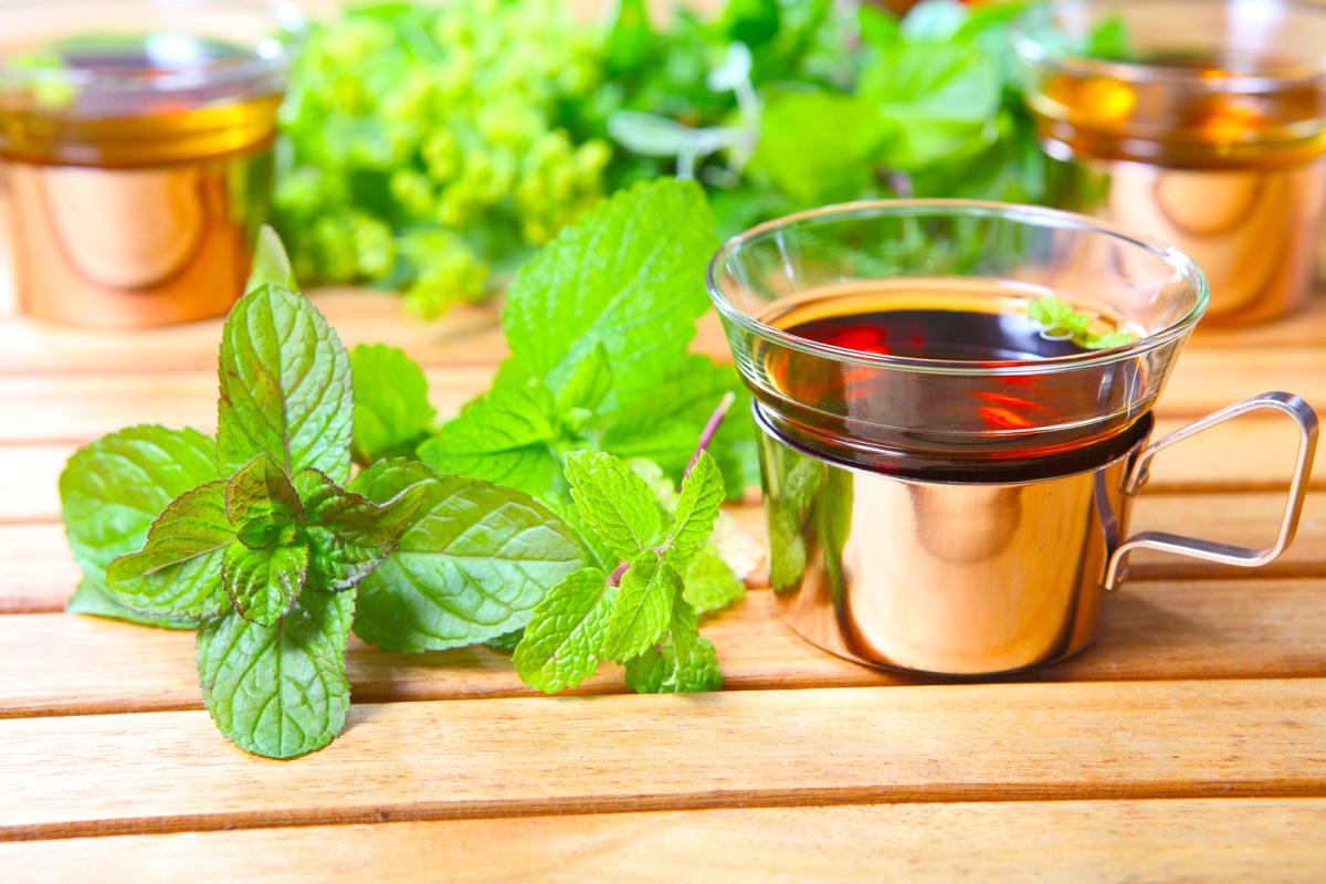 При неврологических нарушениях, сопровождающихся бессонницей полезно пить чай с мяты и мелиссы
