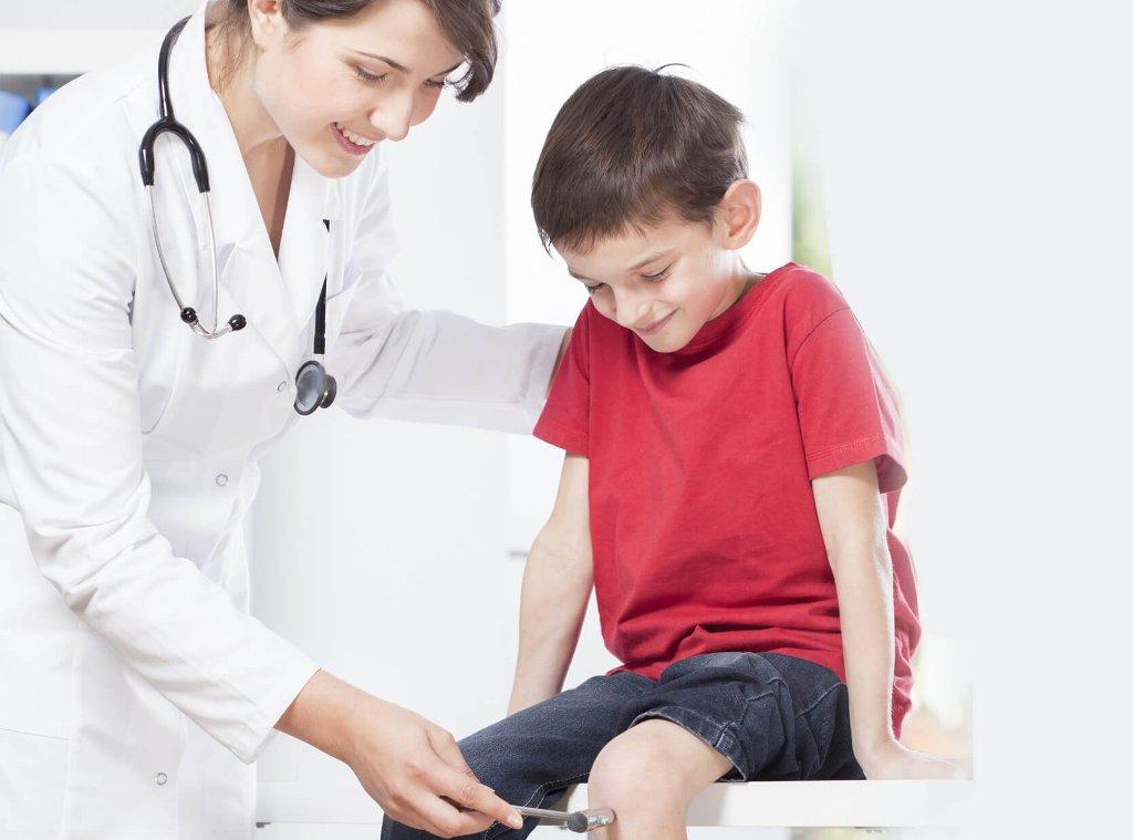Если у ребенка повышена утомляемость, следует обратиться к неврологу или невропатологу