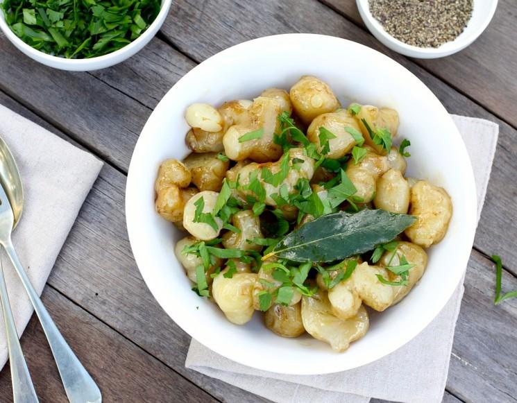 Топинамбур можно употреблять как в сыром виде, так и в печеном и вареном, также из него можно варить варенье и компоты