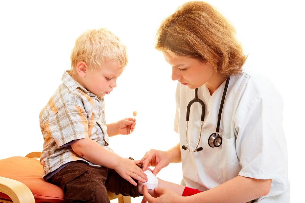 Детский травматолог лечит травмы у ребенка