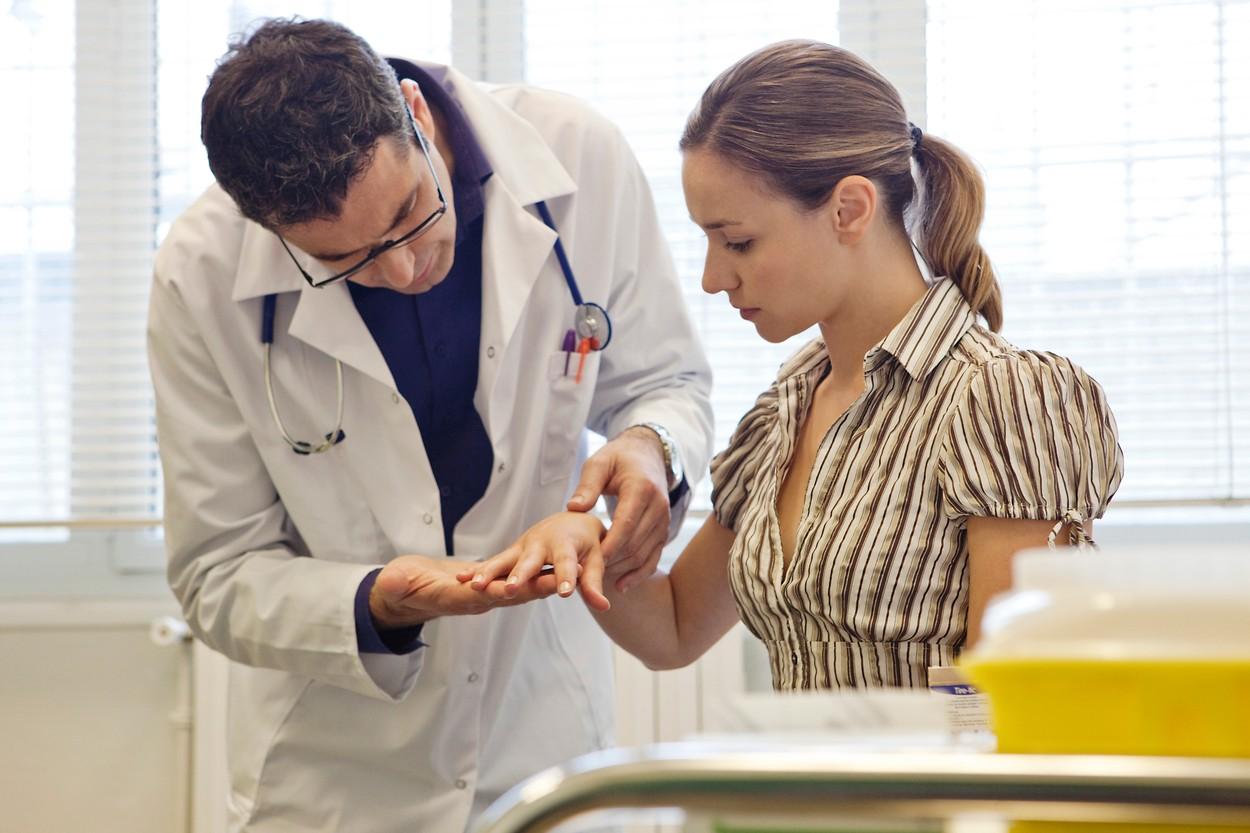 Попасть на прием к дерматологу можно как в государственной поликлинике, так и в частном медицинском центре