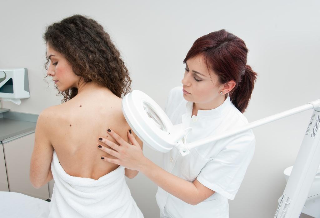 Дерматолог занимается диагностикой и лечением патологий кожи, волос и ногтей