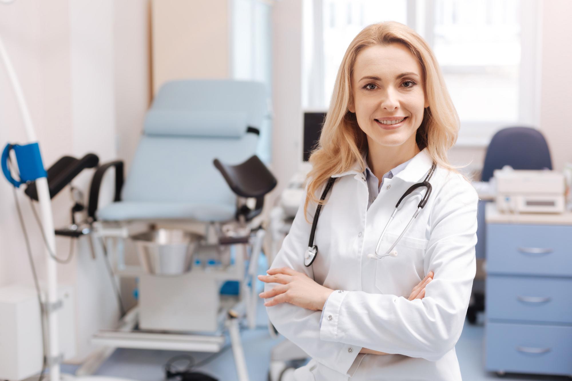 Гинеколог - женский врач, занимается диагностикой и лечением патологий мочеполовой системы, а также сопровождает беременность