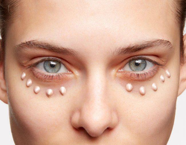 Область вокруг глаз покрывают праймером со светорассеивающими свойствами. Кожа станет ровной, все мелкие морщинки и неровности заполнятся