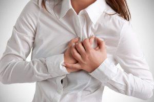 При болях в сердце необходимо применять нитроглицерин, и тогда боли купируются