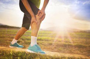 Одним из симптомов красной волчанки считаются боли в суставах и мышцах