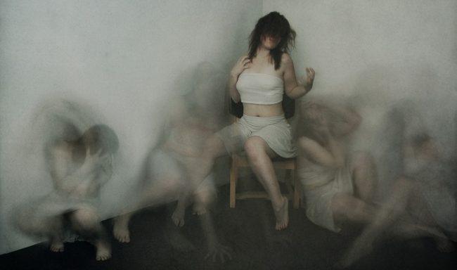 Шизофрения у женщин — хроническое психическое расстройство, которое затрагивает эмоциональную и мыслительную сферу, способствует формированию характерного личностного дефекта