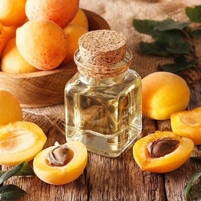 Масло из свежих абрикосовых косточек приобрело популярность как витаминная и увлажняющая добавка к гелям для лица, кремам, шампуням