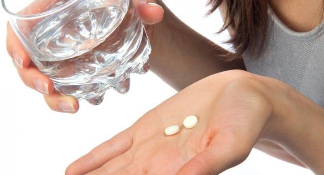 Таблетки запивают стаканом воды комнатной температуры, прием лекарства не зависит от приема пищи