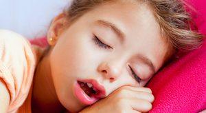 Как правило, во время сна ребенок, больной аденоидитом, дышит ртом