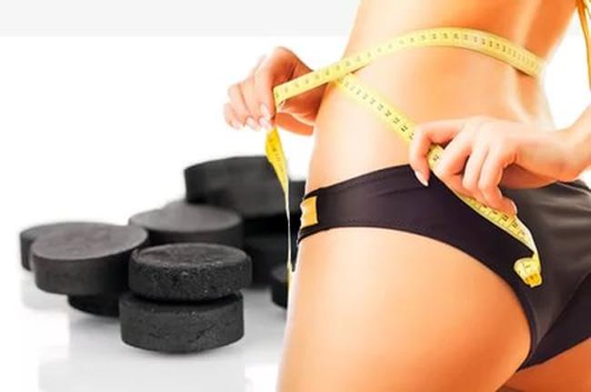 Активированный уголь используют для похудения, препарат принимают одновременно с пищей, благодаря его адсорбирующему свойству уменьшается калорийность пищи, из кишечника выводятся вредные вещества, прекращается метеоризм